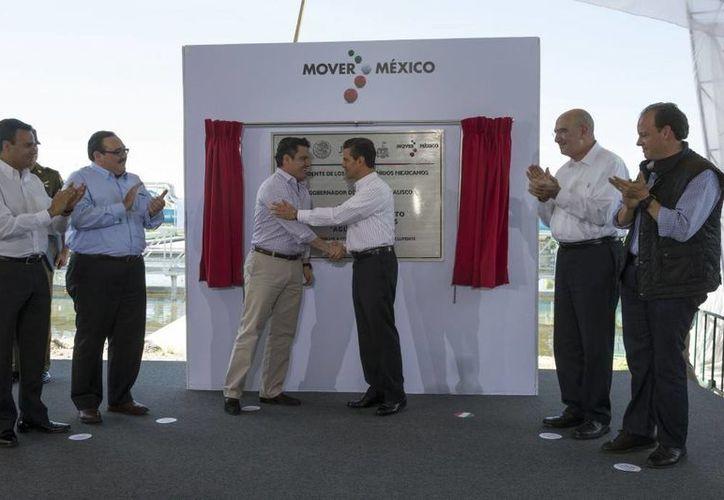 Peña Nieto entregó las obras de la planta de Agua Prieta, que podrá tratar más de ocho mil litros de aguas residuales por segundo. (Presidencia)