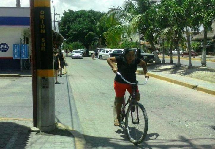 Los nombres de las calles de Tulum son aplicados con pintura en los postes del tendido eléctrico. (Rossy López/SIPSE)