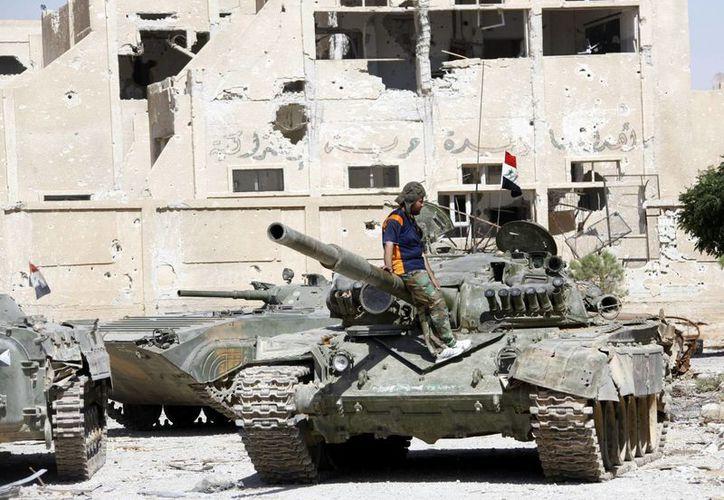En 59 vuelos, los aviones rusos atacaron varios objetivos del Estado Islámico en Siria. Miembros del ejército sirio recuperan el control de una base aérea en afueras de Damasco. (Archivo/EFE)