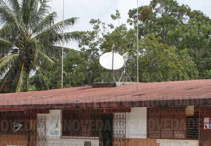 Las antenas sobre los techos de las escuelas son ya una amenaza, pero podrían rehabilitarse y ser aprovechadas para dotar de internet no sólo a las aulas, sino a los pueblos alejados. (Joel Zamora/SIPSE)