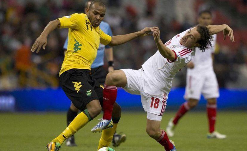 Rodolph Austin y Andrés Guardado durante la férrea disputa por el balón. (AP)