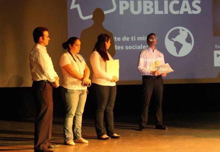 La campaña 'Eres lo que publicas' da conferencias sobre todo a jóvenes sobre el correcto uso de las redes sociales virtuales. (Archivo)