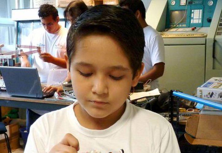En los talleres son bienvenidos niños a partir de tres años. Se les enseña conceptos básicos de matemáticas y física. (Sergio Orozco/SIPSE)