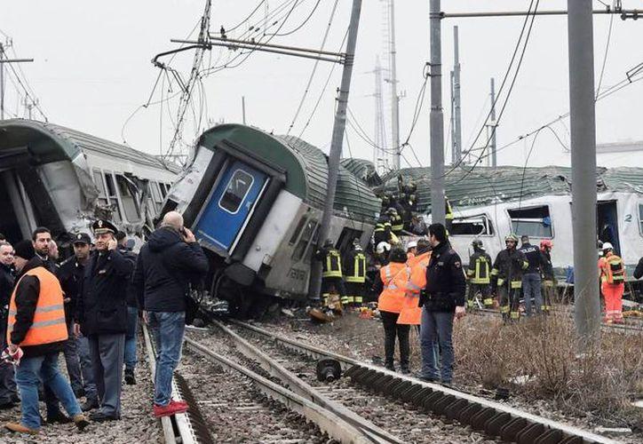 Tres personas murieron al descarrilar un tren en Italia. (Reuters)