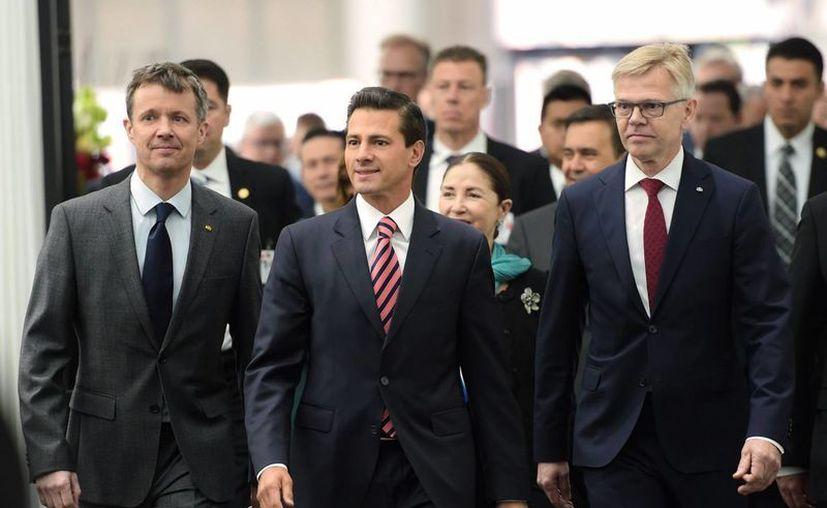 El presidente Enrique Peña Nieto habló sobre el acuerdo del GIEI durante su visita de estado a Dinamarca. Imagen del Mandatario durante se reunión con integrantes de la Confederación de la Industria Danesa. (Notimex)