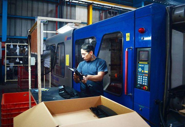 Los incentivos para empresas internacionales benefician a los trabajadores yucatecos como el de la imagen. (Milenio Novedades)
