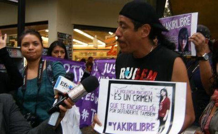 José Luis Rubio, padre de Yakiri, durante una manifestación a favor de su hija, acusada de asesinato. (Milenio)