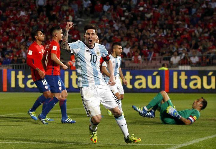 Argentina llegó a siete unidades, para ubicarse en cuarto lugar de la eliminatoria de la Conmebol. En la foto, Lionel Messi celebra el segundo gol albiceleste.(AP)