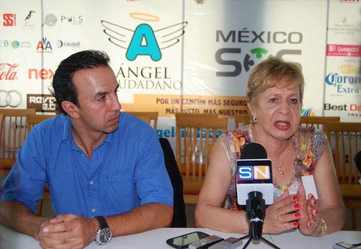 Hernán Cordero Galindo y Sara Rincón Gallardo, protectores de animales, ofrecieron una conferencia de prensa. (Tomás Álvarez/SIPSE)