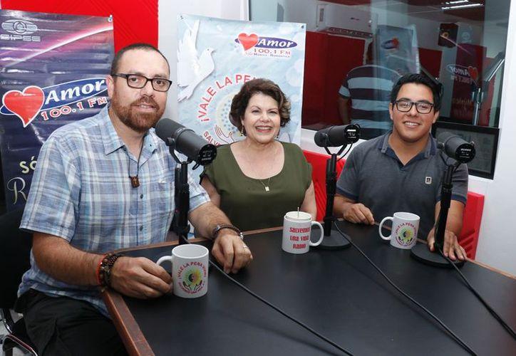 Salvador íñiguez, Alis García y Luis Pinto durante la transmisión del programa Salvemos una Vida. (Novedades Yucatán)