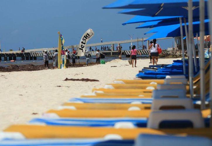 Los meseros y vendedores de tours del centro de Playa del Carmen sólo dan información a los turistas; no tienen ventas. (Adrián Barreto/SIPSE)