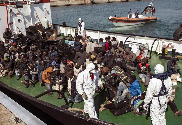 La barcaza que naufragó el domingo en el Canal de Sicilia traía entre 700 y 900 inmigrantes. Imagen de un grupo de inmigrantes rescatado por la embarcación RBD a su llegada esta mañana al puerto de Corigliano Calabro, en Italia. (EFE)