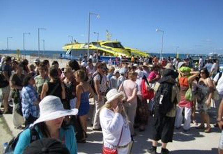 El tráfico de turistas es intenso y permanente en las embarcaciones de ruta. (Lanrry Parra/SIPSE)