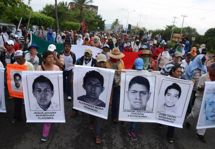 Estudiantes bloquean el acceso al aeropuerto de Acapulco para protestar por la desaparición y probable asesinato, de 43 normalistas en Guerrero, México. (Agencias)