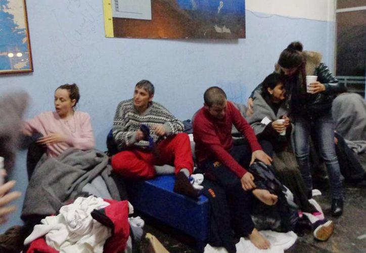 Sobrevivientes cambian sus ropas en la isla Kalymnos después de una operación de rescate de la guardia costera. (Agencias)