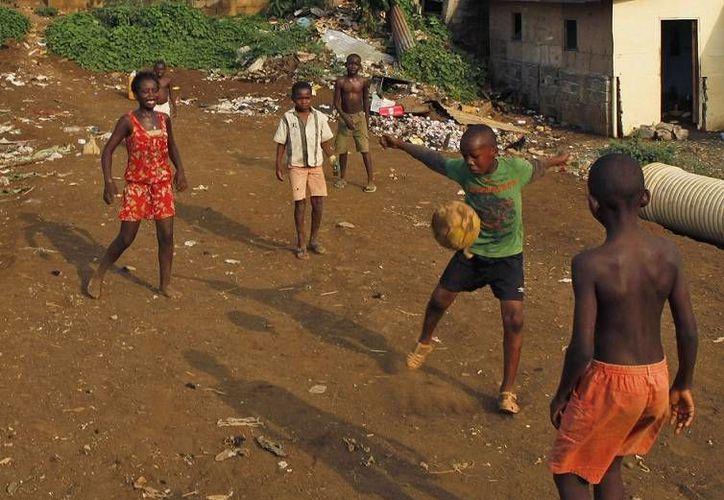 Niños juegan al futbol soccer en el vecindario de Ela Nguema, en Malabo, una de las ciudades de Guinea Ecuatorial que albergarán la Copa Africana de Naciones. (Foto de archivo: AP)