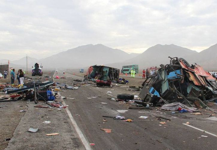 Más de 15 personas murieron en la caída de un autobús a un barranco, en Perú. La imagen no corresponde al hecho, sino otro accidente, la semana pasada, en el que varios vehículos chocaron,  y en el que también hubo saldo mortal. (AP/Archivo)