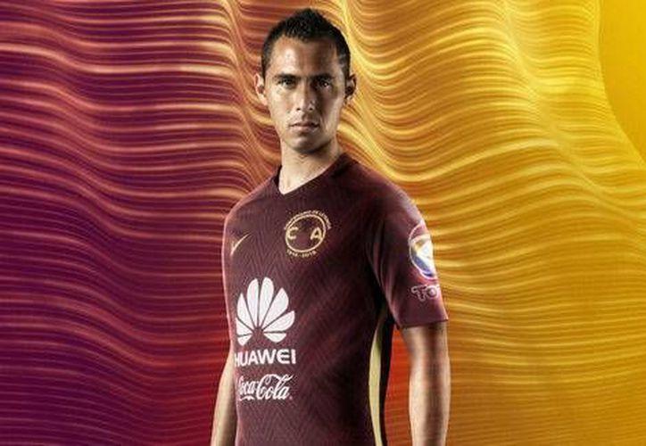 Paul Aguilar, encargado de modelar la playera que Águilas del América utilizará para conmemorar 50 años del estadio Azteca. (Nike)