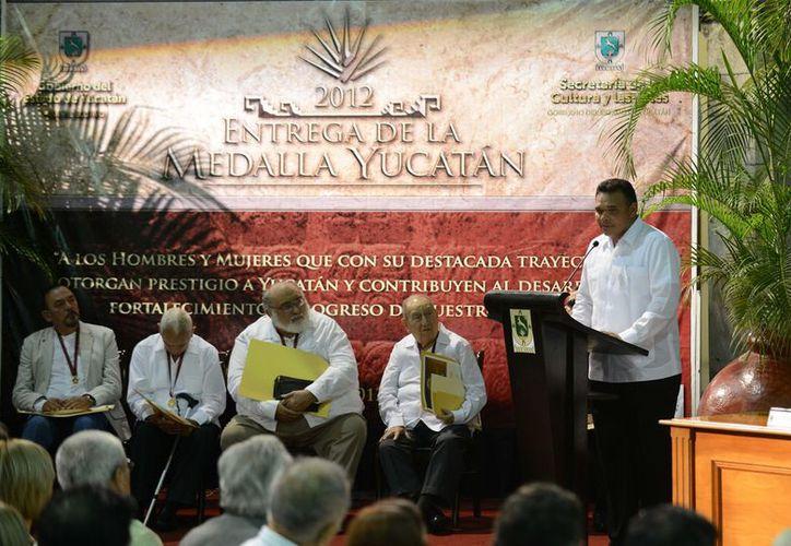 Los condecorados con la 'Medalla Yucatán 2012', recibieron un diploma y un premio en efectivo por 25 mil pesos. (Cortesía)