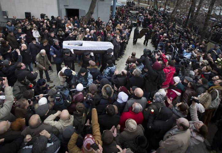 El ataúd de Boris Nemtsov es cargado enmedio de la multitud que se reunió para despedirlo en el entro Sájarov en Moscú, Rusia. (Agencias)