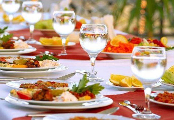 Cuarenta personas resultaron intoxicadas tras consumir alimentos de un banquete de graduación en Guanajuato. (Contexto)
