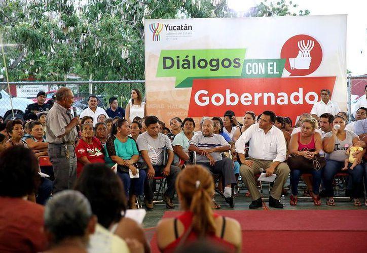 Varios ciudadanos expusieron sus inquietudes ante Rolando Zapata. (Milenio Novedades)