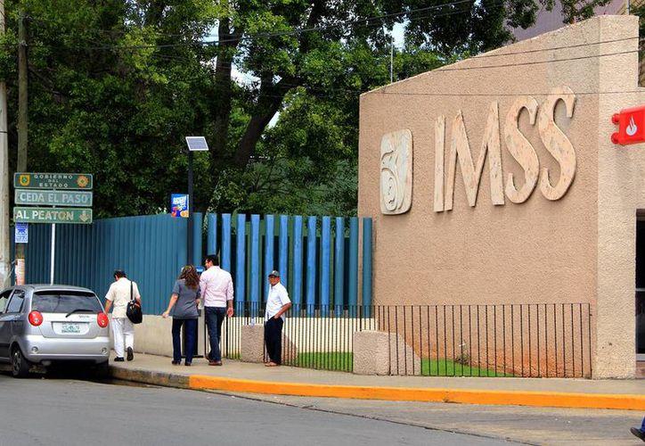 """Mujeres con urgencia obstétrica podrán ser atendidas en el IMSS o Issste. Imagen de la entrada a urgencias del Hospital General Regional (HGR) número uno """"Ignacio García Téllez"""" del IMSS Yucatán  (Milenio Novedades)"""