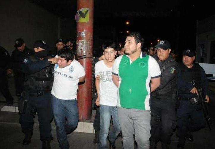 En el avance de la marcha a favor de 'El Chapo' en Culiacán, Sinaloa, policías detuvieron a decenas de personas. (jornada.unam.mx)