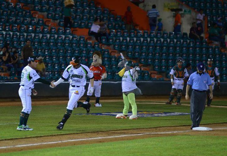Clyde Hankerd recorre las bases tras pegar jonrón. (Luis Pérez/SIPSE)