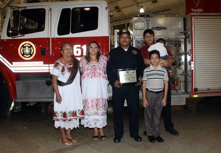 Luis Francisco Herrera Concha,  acompañado por su familia, se dijo orgulloso por ser el Bombero del Año en Yucatán. (Milenio Novedades)