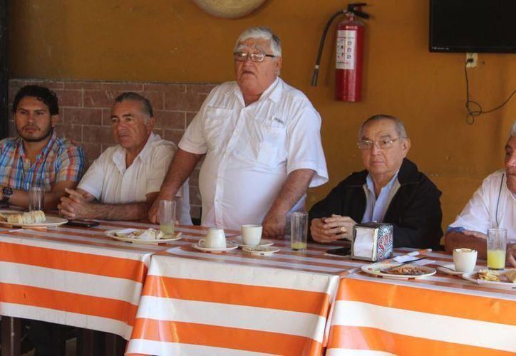 En reunión con trabajadores del ayuntamiento, el alcalde de Progreso, José Cortes Góngora anunció el comienzo de un proyecto ambiental. (Gerardo Keb/SIPSE)