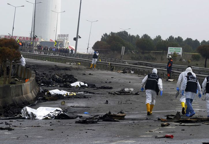 La aeronave se estrelló en el distrito de Buyukcekmece tras despegar del aeropuerto de Ataturk, en Estambul. (IHA vía AP)