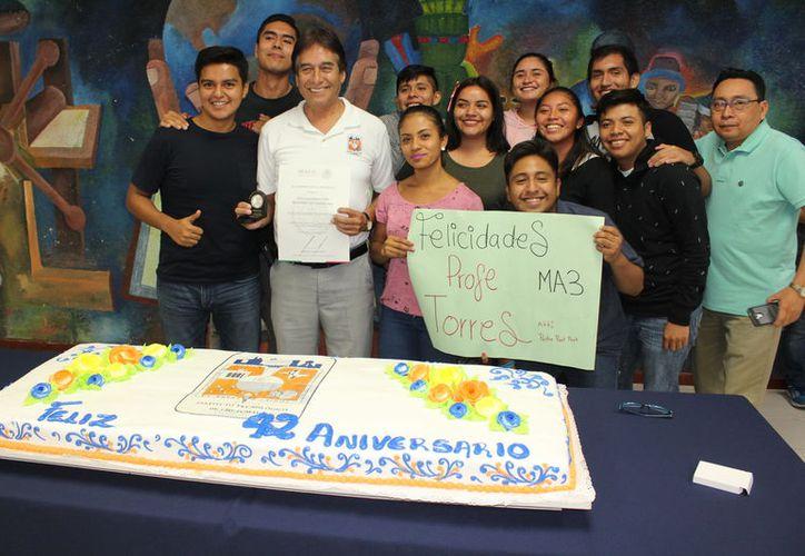 Al finalizar la entrega de reconocimientos, se partió un gran pastel conmemorativo que estudiantes y profesores compartieron. (Joel Zamora/SIPSE)