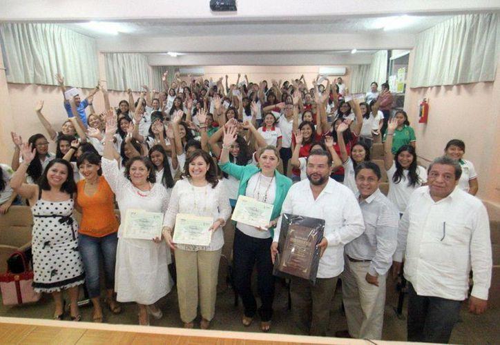 Diputadas locales impulsan el desarrollo de las mujeres. Asistieron a la preparatoria 'Salvador Alvarado'. (Milenio Novedades)