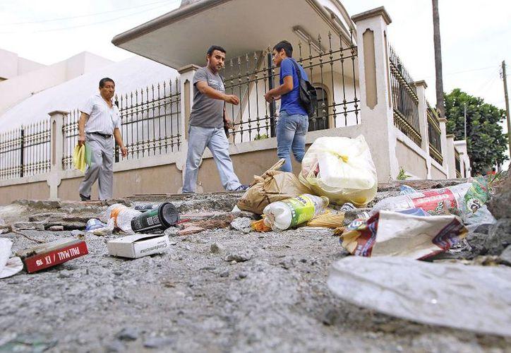 Las calles de la comunidad están llenas de desechos, mismo que generan malos olores, plagas y contaminación. (Carlos Castillo/SIPSE)