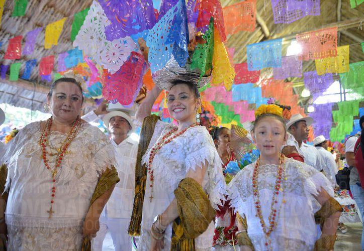 Chicos y grandes participaron en el tradicional baile. (Gustavo Villegas/SIPSE)