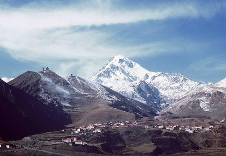 El monte Kazbek, de 5,047 m. de altura, la segunda montaña más alta de el Caucaso.  (EFE)