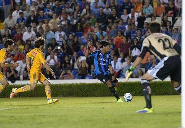 Ronaldinho cumplió los sueños de miles y miles de mexicanos al debutar en la Liga MX, pero la pesadilla se presentó con su fallo de un penal. (mexsports.com)