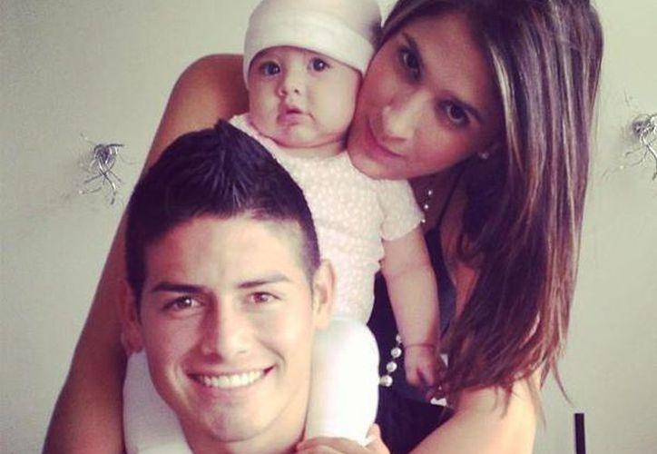 El delantero de 22 años disfruta de su buen momento futbolistico en compañía de su familia. (Instagram/daniela_ospina5)