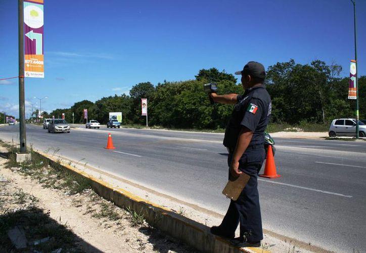 Policías de tránsito medirán la velocidad a la que circulan los vehículos con la 'pistola radar'. (Octavio Martínez/SIPSE)