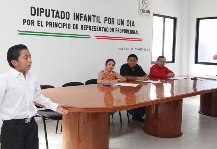 """El estudiante Ángel Adrián Chan Puc,  de la primaria """"Ford 198"""", fue electo Diputado Infantil por un Día. (Redacción/SIPSE)"""