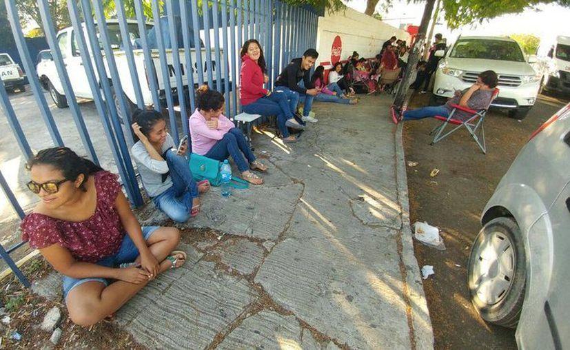 Las personas están a la espera de que inicie la entrega de boletos para el concierto de Daddy Yankee, quien se presentará como parte del elenco invitado al Carnavla de Mérida 2017. (José Acosta/Milenio Novedades)