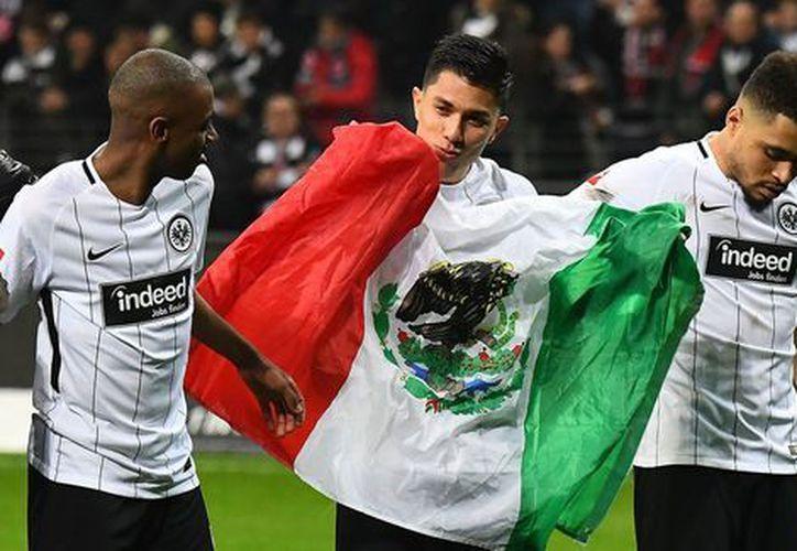 Aparece el mexicano Carlos Salcedo como titular indiscutible del Eintracht Frankfurt, ondeando insignia nacional. (Contexto/Internet)