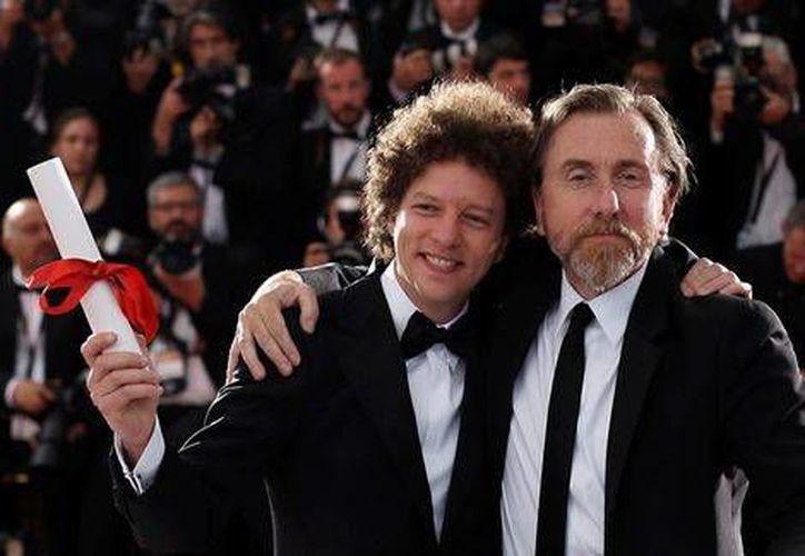 La película 'Chronic' ganó el premio al Mejor Guión en el Festival de Cannes 2015. En la foto, Michel Franco (i) durante la premiación del evento de Cannes.(EFE)