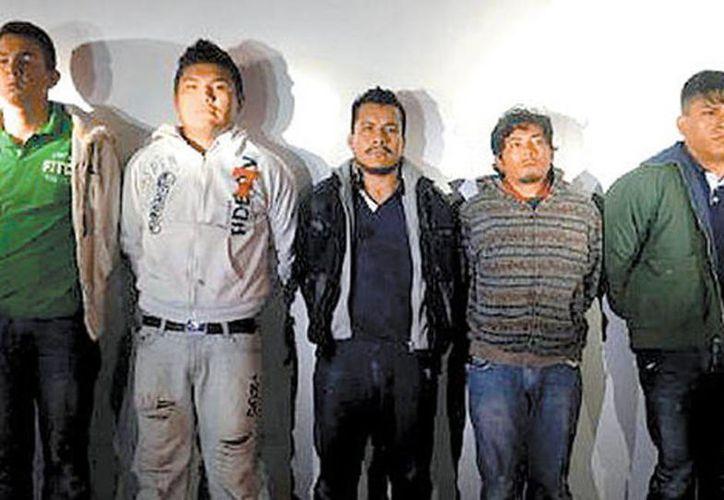 Los cinco presuntos cómplices de 'El Piolín', arrestados en la carretera Cuernavaca-Chilpancingo. (Milenio)