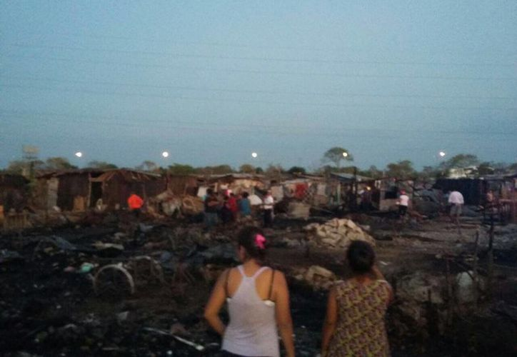 Unas siete casas resultaron afectadas por el incendio registrado este domingo. (Alejandro Gómez/SIPSE)
