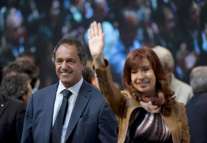 Cristina Fernández junto a su 'elegido' político, Daniel Scioli, quien según las encuestas ganaría las elecciones presidenciales argentinas. (AP)