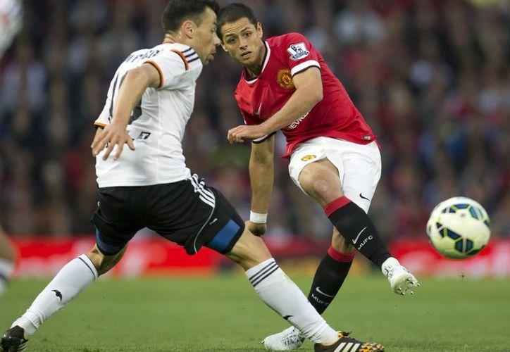 El mexicano Javier Hernández evitó que dos balones se fueran a la red del Manchester United. (AP)