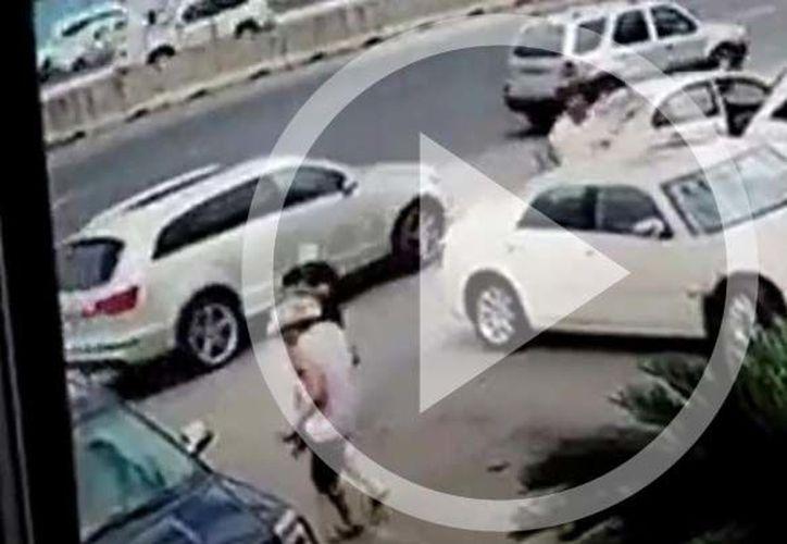 Las cámaras de seguridad ubicadas en el estacionamiento de una carnicería grabaron el momento del asesinato. (Foto: Captura de pantalla).