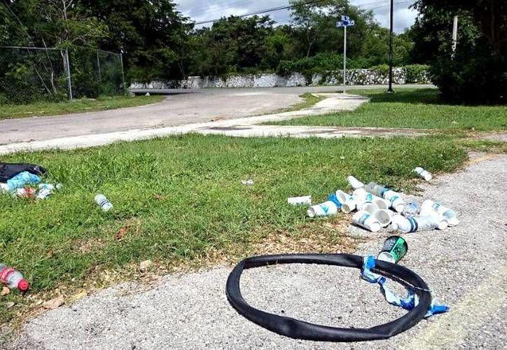 Parte de la basura que quedó en Dzibilchaltún luego de la rodada ciclista ecológica. (SIPSE)